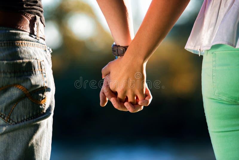 Paar-Händchenhalten lizenzfreie stockfotos