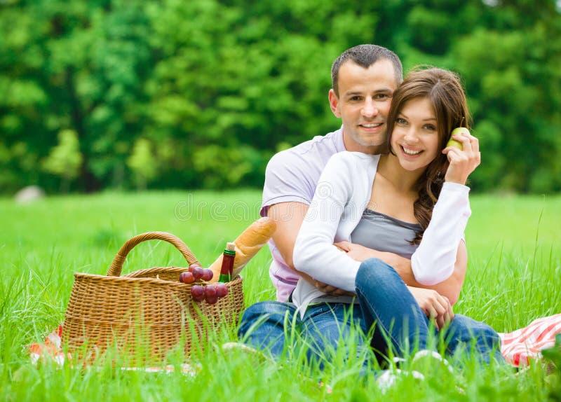 Paar hat Picknick im Park lizenzfreie stockbilder