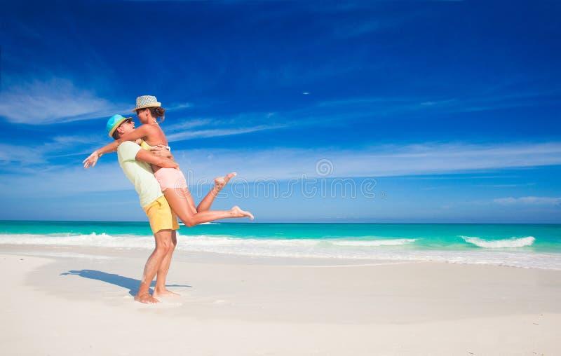Paar in heldere kleren die pret hebben bij tropisch royalty-vrije stock afbeeldingen