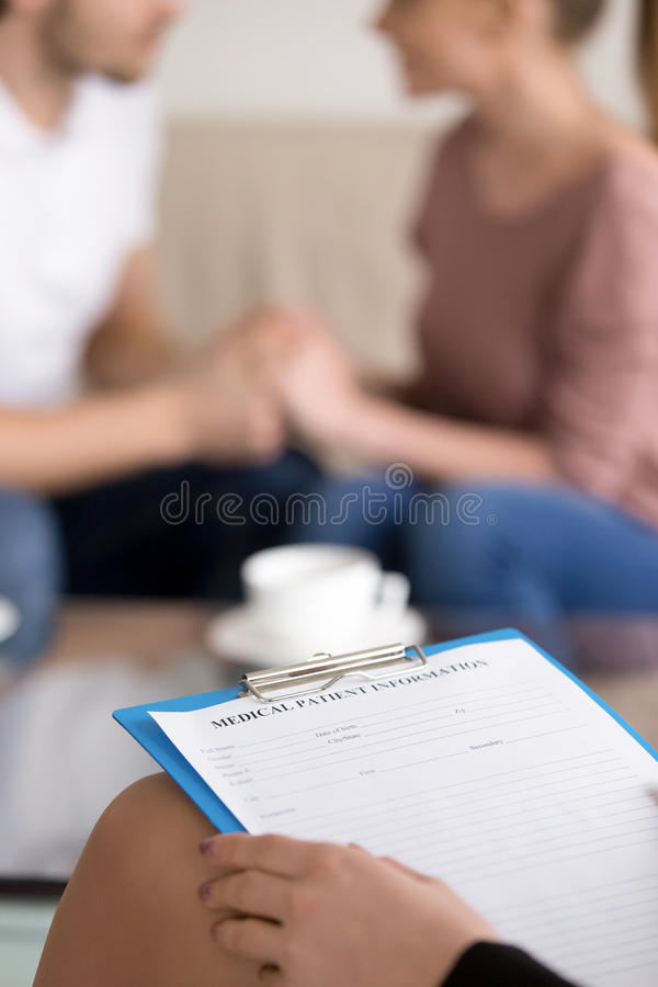 Paar het adviseren Vrouwelijke psychotherapist met klembord en Ha stock foto's