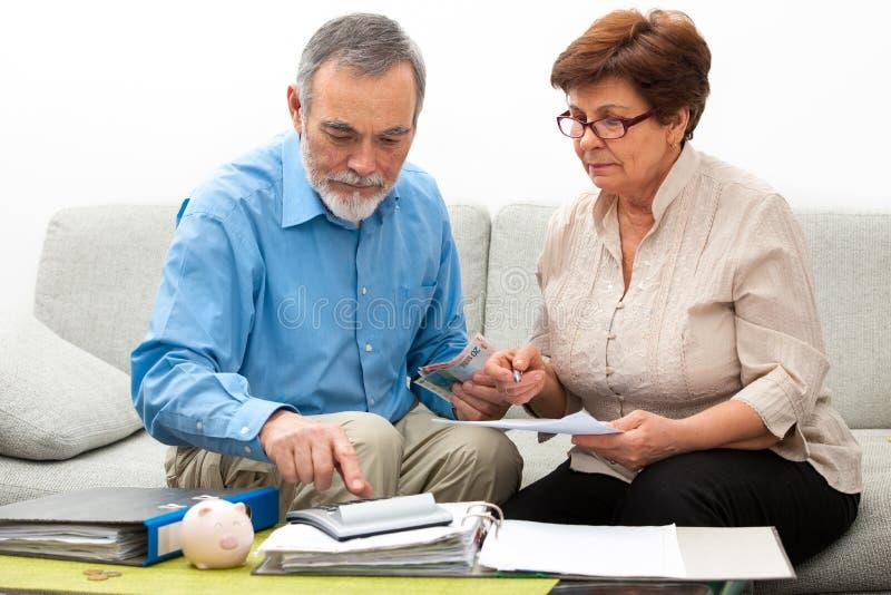 Paar het berekenen huisfinanciën stock foto