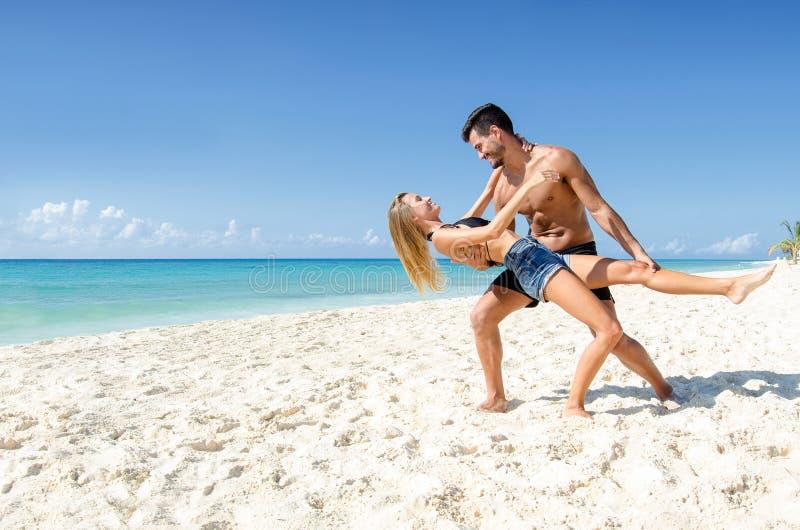 Paar het dansen tango bij het strand stock afbeelding