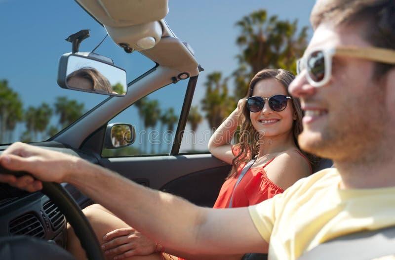 Paar het drijven in auto over het strand van Venetië stock afbeeldingen