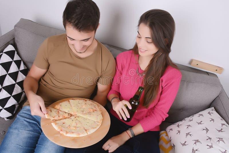 Paar het drinken bier en het eten van pizza royalty-vrije stock afbeelding