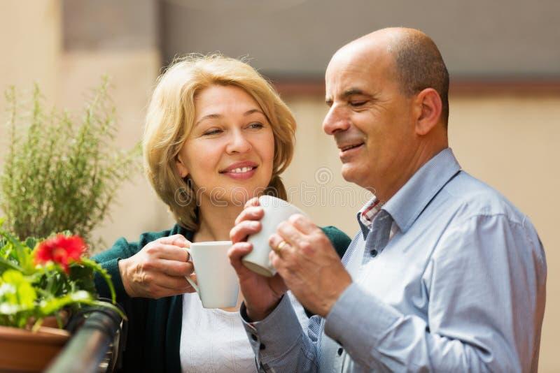 Paar het drinken koffie bij balkon royalty-vrije stock fotografie
