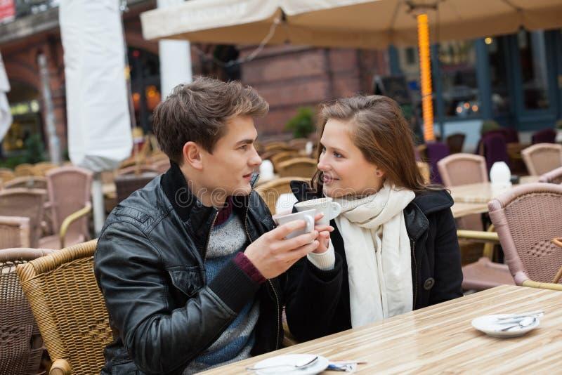 Paar het Drinken Koffie bij Openluchtrestaurant stock foto's