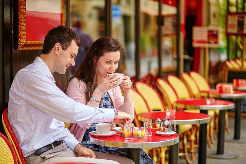 Paar het drinken koffie of thee in een Parijse koffie stock fotografie