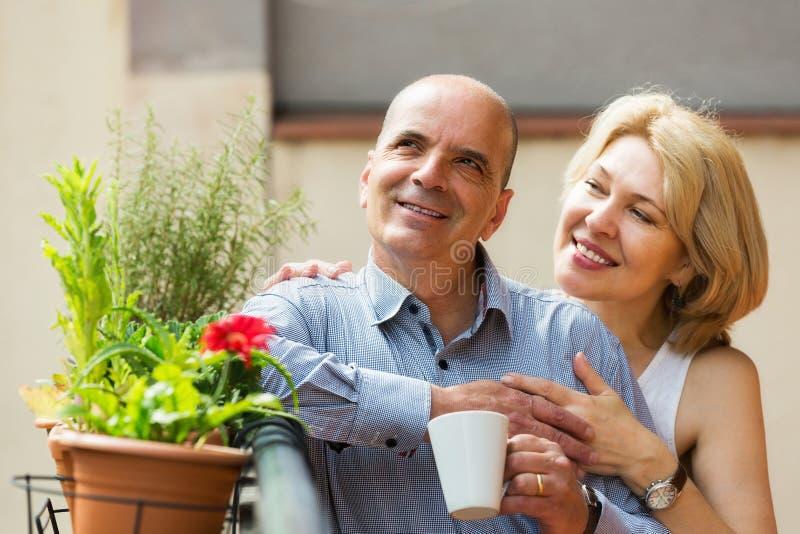 Paar het drinken thee bij balkon royalty-vrije stock foto