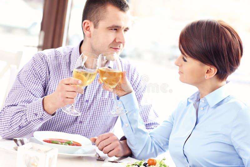 Paar het drinken wijn in een restaurant royalty-vrije stock afbeeldingen