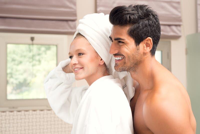 Paar het embrassing na douche, Aantrekkelijk paar na Ochtenddouche royalty-vrije stock foto