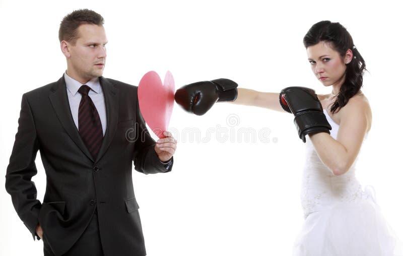 Paar het expressieve vechten. Boze vrouwen in dozen doende echtgenoot. stock foto's