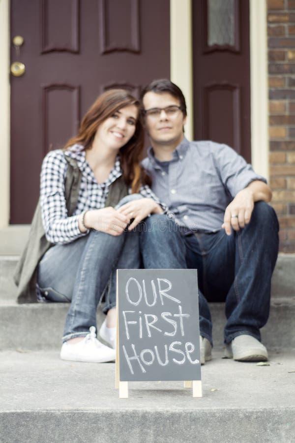 Paar het gelukkige staren bij nieuwe huisaankoop royalty-vrije stock afbeeldingen