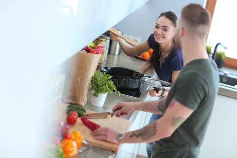 Download Paar Het Koken Samen In Hun Keuken Thuis Stock Foto - Afbeelding bestaande uit genoegen, gelukkig: 107703424