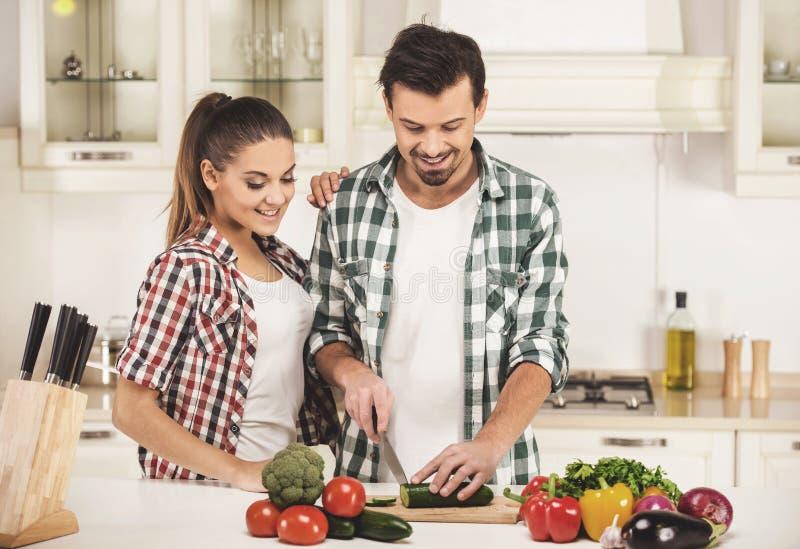 Paar het koken samen in keuken thuis stock foto