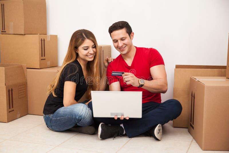 Paar het kopen meubilair online stock afbeeldingen