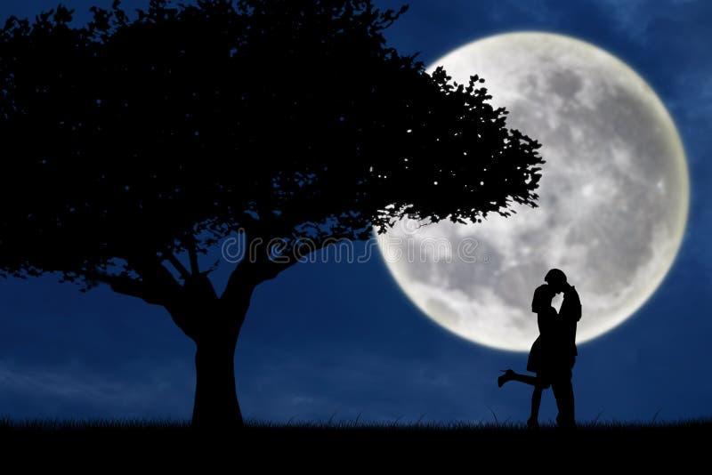 Paar het kussen door een boom op blauw volle maansilhouet vector illustratie