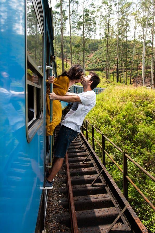 Paar het kussen op een blauwe trein in Sri Lanka royalty-vrije stock afbeelding