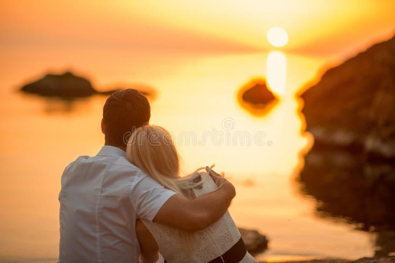 Paar het kussen op het strand stock afbeeldingen