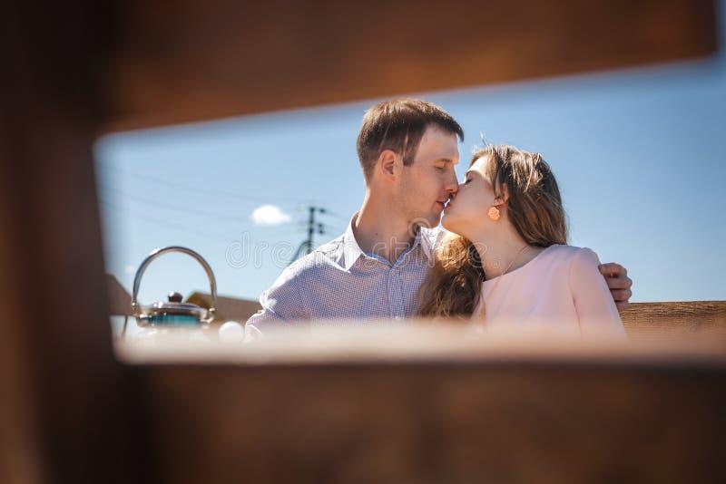 Paar het kussen op terras stock fotografie
