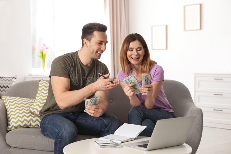 Paar het leiden begroting om geld te besparen stock afbeelding