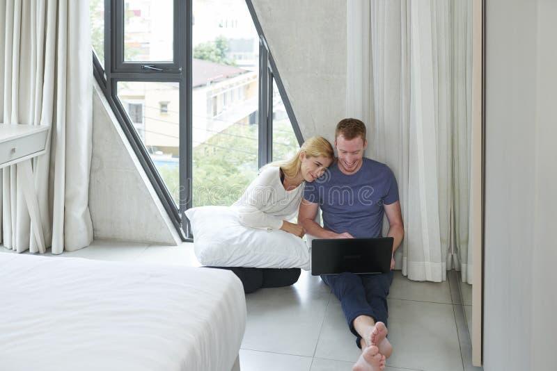 Paar het letten op film online royalty-vrije stock foto's