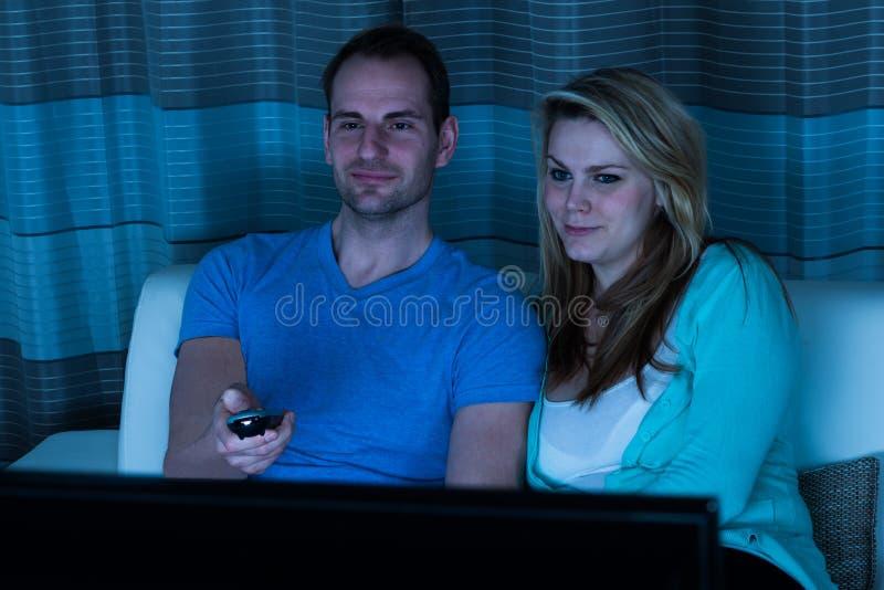Paar het letten op film thuis royalty-vrije stock afbeelding