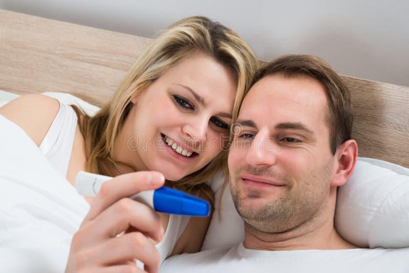 Paar het letten op zwangerschapstest royalty-vrije stock afbeelding