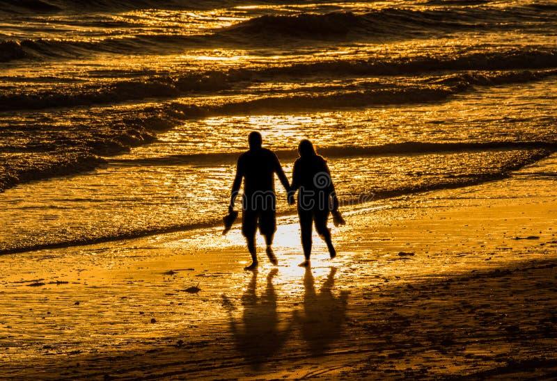 Paar het lopen het strand van holdingshanden royalty-vrije stock fotografie