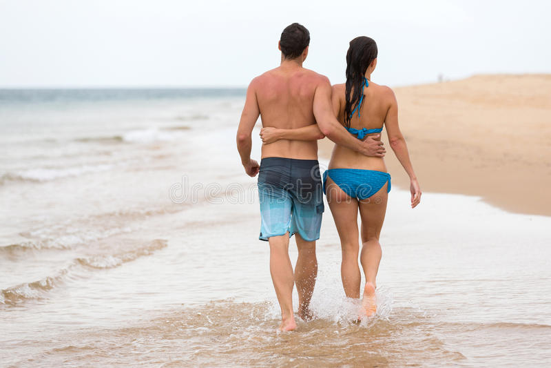 Paar het lopen strand stock afbeelding