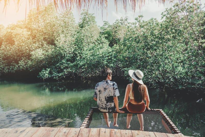 Paar het ontspannen in de vakantietijd van de mangrove boslagune royalty-vrije stock foto's