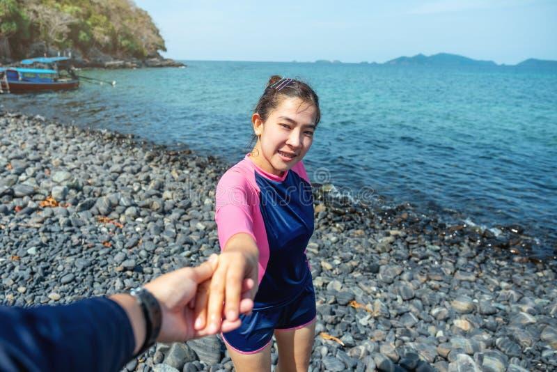 Paar het ontspannen in de zomervakantie op het Eiland van strandlipe, Thailand stock foto's
