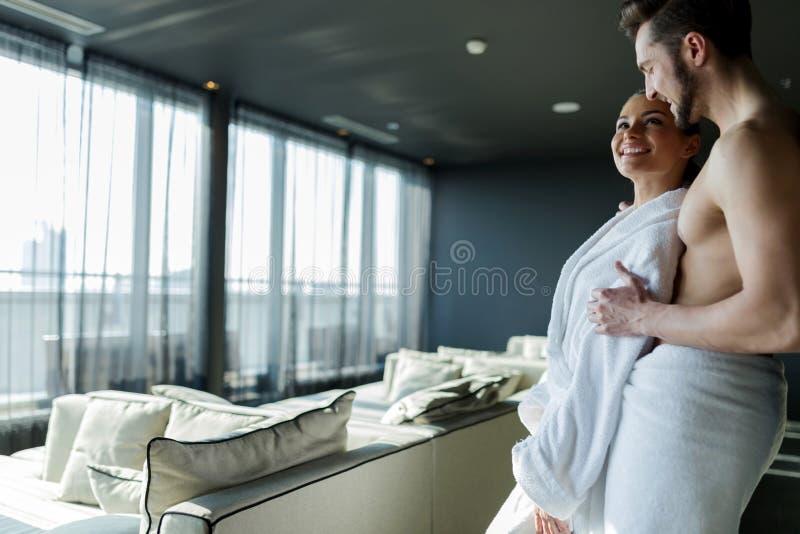 Paar het ontspannen in een wellnesshotel met mooi panoramisch v stock afbeeldingen