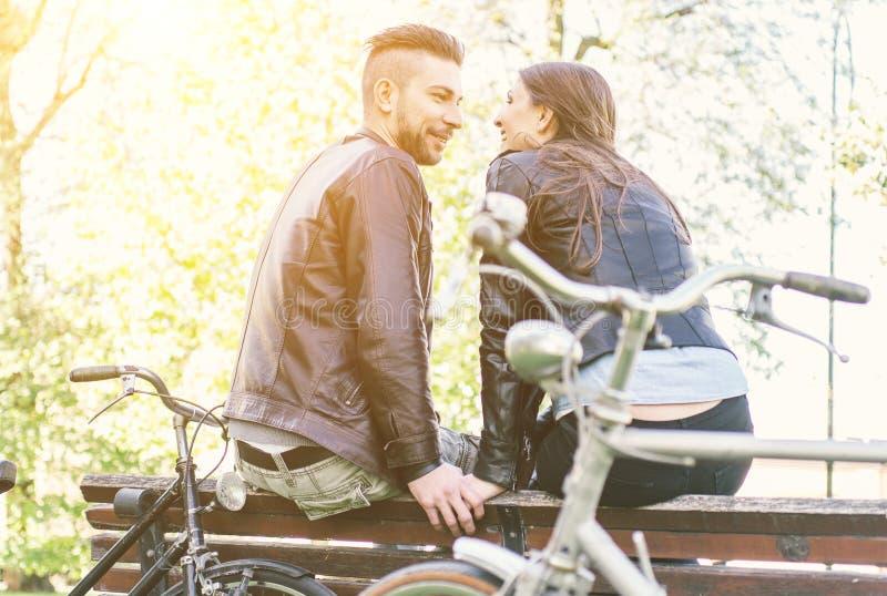 Paar het ontspannen na een rit in het park met fietsen royalty-vrije stock foto