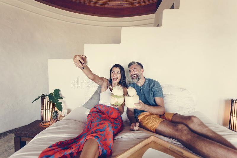 Paar het ontspannen op het bed royalty-vrije stock foto