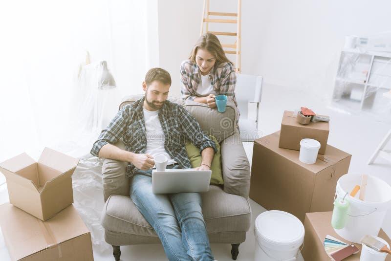 Paar het ontspannen tijdens huisvernieuwing stock afbeelding