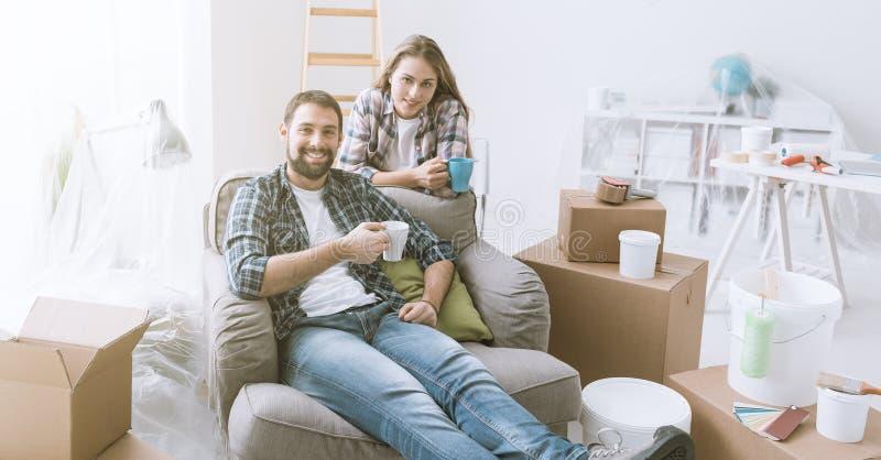 Paar het ontspannen tijdens huisvernieuwing stock fotografie