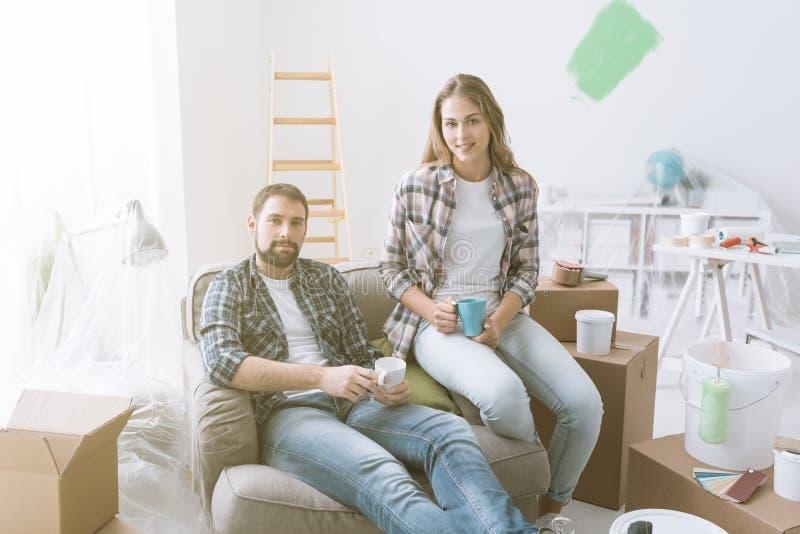 Paar het ontspannen tijdens huisvernieuwing stock foto's
