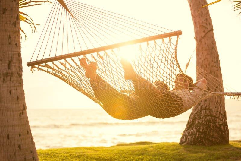 Paar het ontspannen in tropische hangmat royalty-vrije stock foto