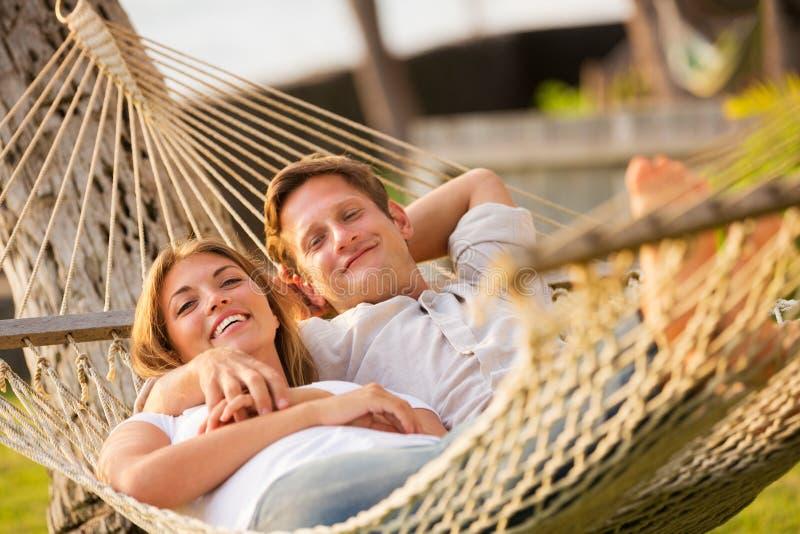 Paar het ontspannen in tropische hangmat royalty-vrije stock fotografie
