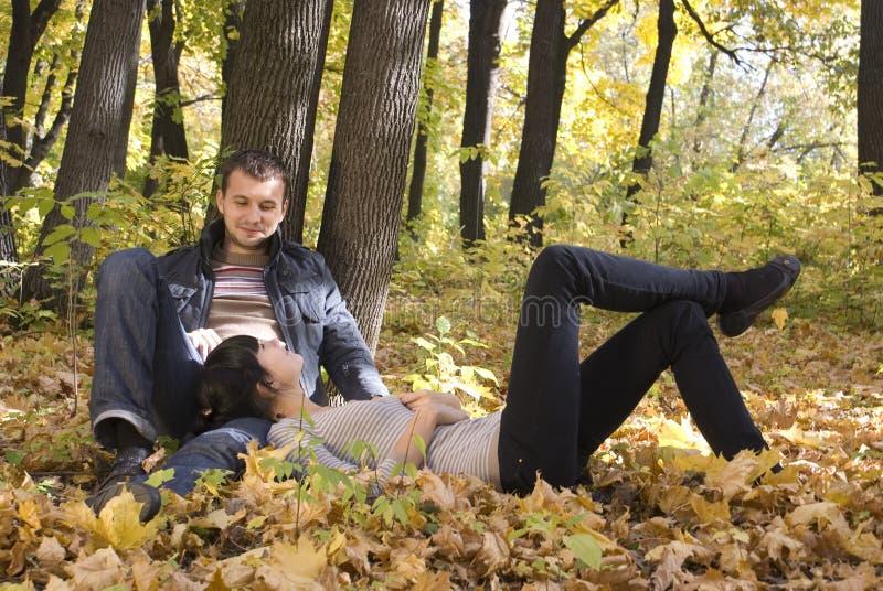 Paar in het park stock afbeelding