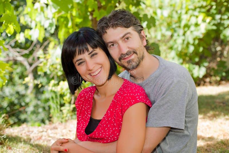 Paar in het park royalty-vrije stock foto's