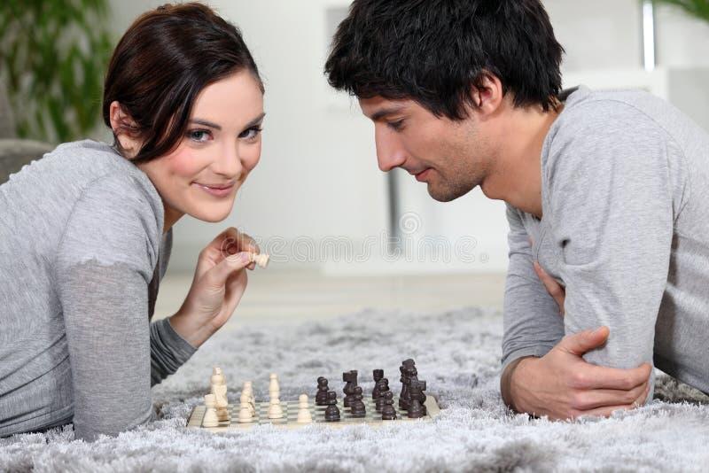 Paar het spelen schaak stock fotografie