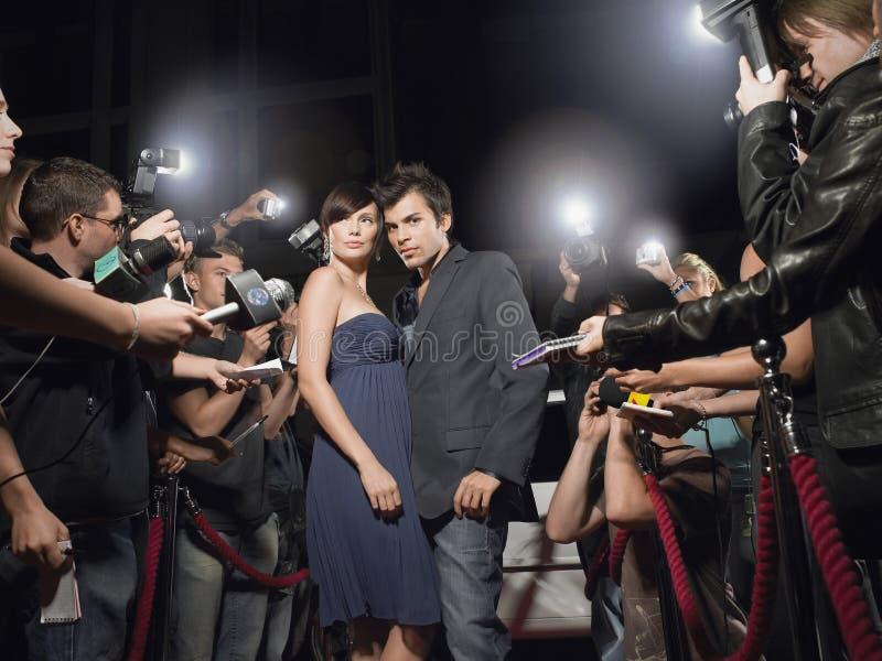 Paar het Stellen in Front Of Paparazzi stock fotografie
