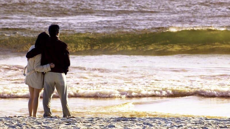 Paar in het strand stock afbeeldingen