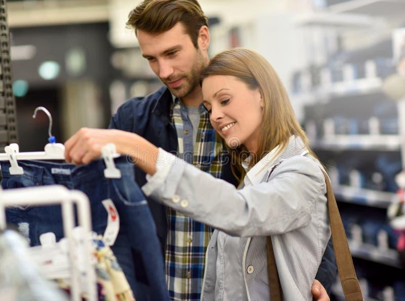 Paar het winkelen kleren in winkelcentrum royalty-vrije stock foto