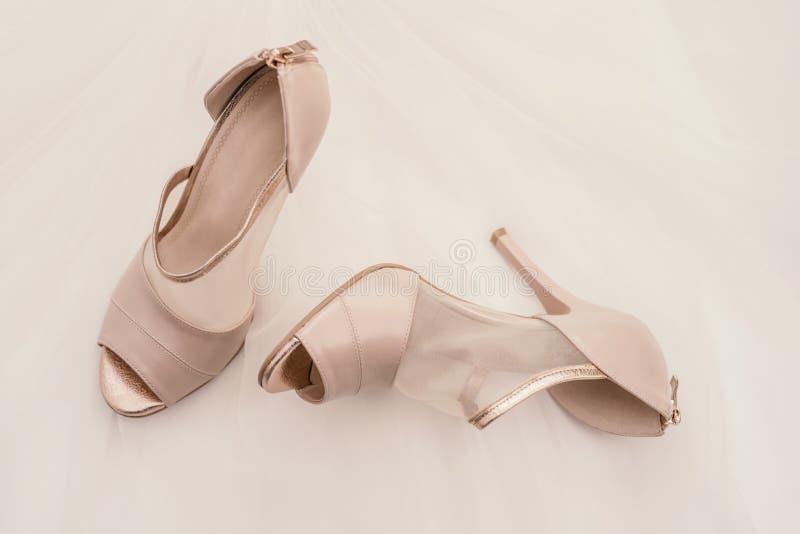 Paar high-heeled schoenen van beige vrouwen op een wit royalty-vrije stock afbeelding