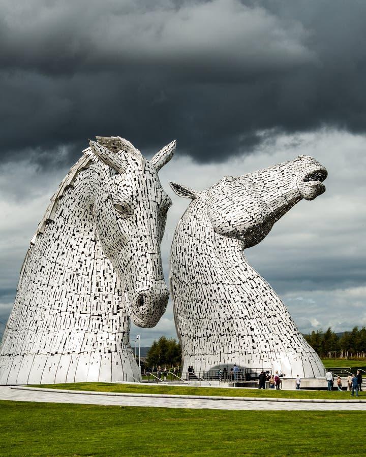 Paar hochmoderne Pferdegebäude unter bewölktem Himmel in Falkirk im Vereinigten Königreich lizenzfreies stockbild