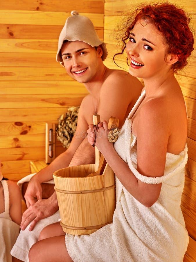 Paar in hoed bij sauna royalty-vrije stock fotografie