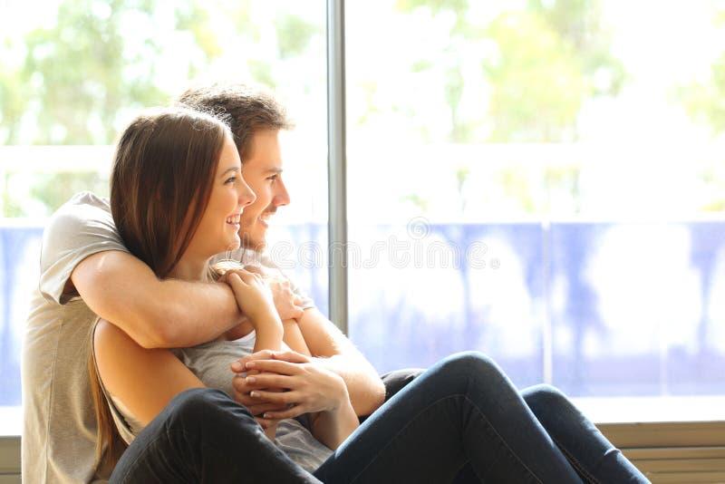 Paar of huwelijk in zijn nieuw huis stock foto's