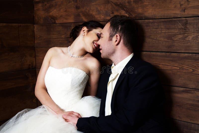 Paar in ihrer Hochzeit kleidet im Stall mit Heu lizenzfreies stockfoto